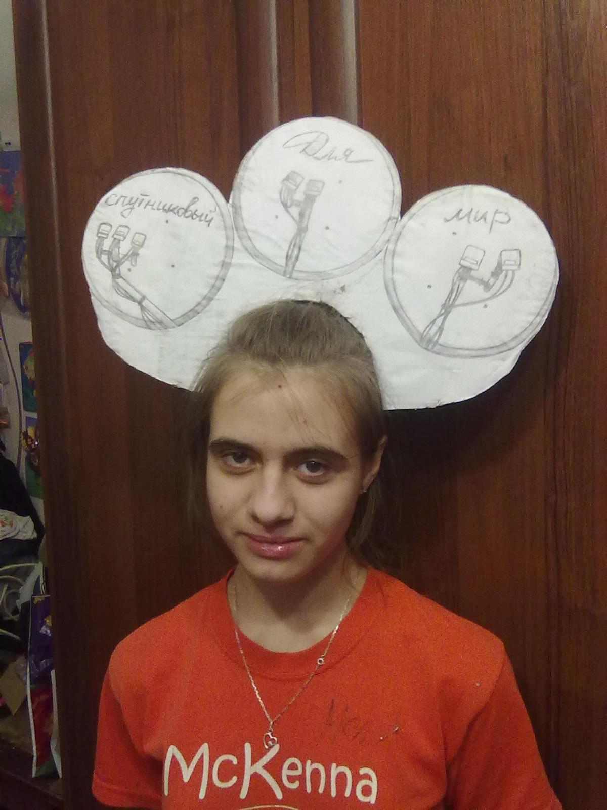 На конкурс кокошников. Дочка рисовала и позировала.