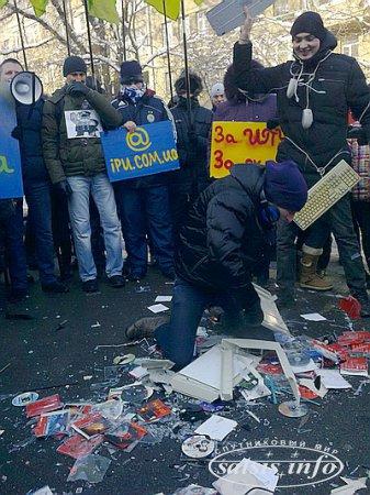 На Украине разразился скандал вокруг закрытия крупнейшего файлообменника.  Хакеры в ответ атаковали сайт МВД, у здания министерства идет митинг