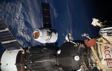 Космический грузовик Dragon компании SpaceX покинул МКС