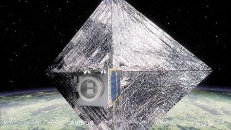 Британский спутник научился ловить космический мусор сетью